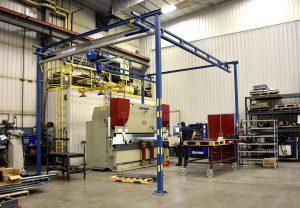 Workstation lifting crane around a new press brake